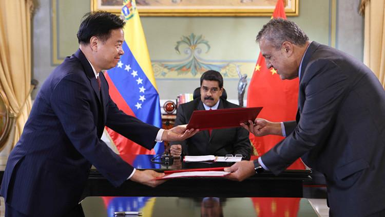 Venezuela y China firman un acuerdo de refinación petrolera