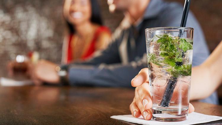 """Se solicita camarera """"sin novio celoso"""": anuncio sexista de un bar español causa polémica"""