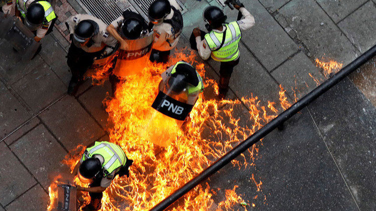"""""""Nunca recibí tantas amenazas de muerte"""", dice periodista que cubre protestas violentas en Venezuela"""
