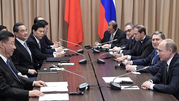 Putin bromea con el retraso de la delegación china en la reunión con Xi Jinping (video)