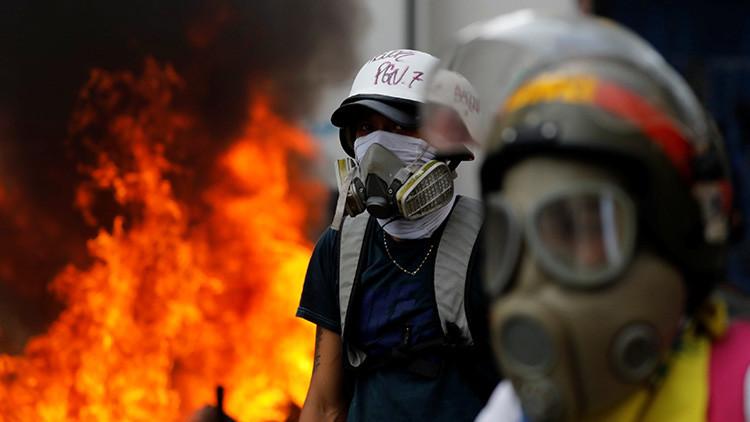 Opositores venezolanos degüellan a un hombre durante las protestas en Caracas