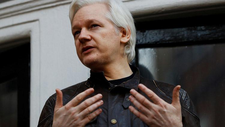 """Assange: """"Comey revela su vida como una estrella porno de la inteligencia"""""""