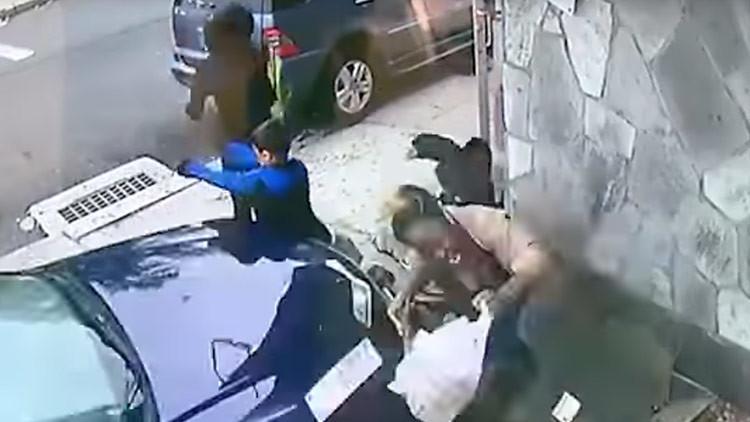 Una mujer se arroja contra un coche fuera de control para salvar a un niño (FUERTE VIDEO)