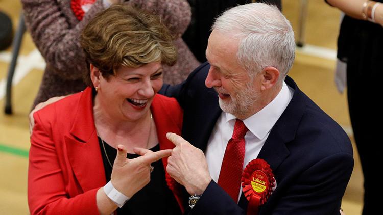 VIDEO: El embarazoso momento en que el líder laborista británico mete (literalmente) la pata