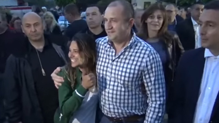 Una turista brasileña pone en serios aprietos al presidente búlgaro delante de su esposa (video)