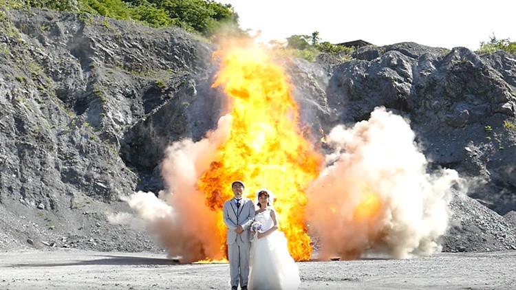 Video: Un matrimonio japonés celebra su boda con una sesión 'pirográfica'