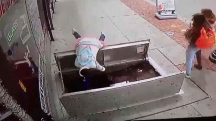 Una mujer sufre graves heridas al caer a un sótano por caminar distraída con su teléfono (Video)