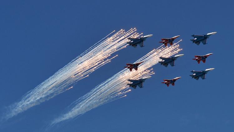 Un equipo acrobático ruso celebra su 25.º aniversario con un 'show' aéreo (VIDEO)