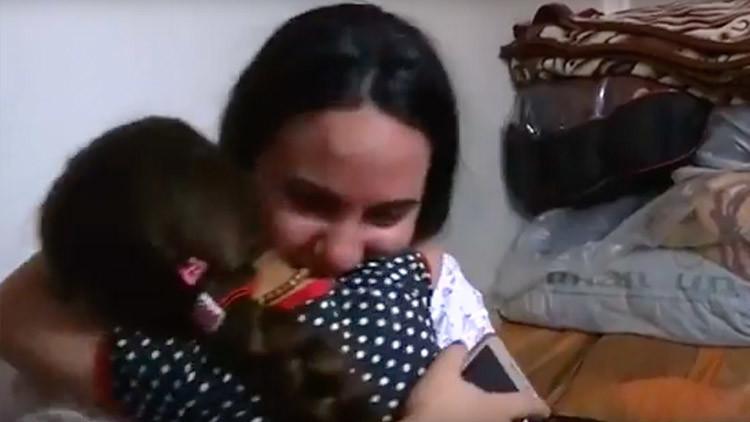 Video emocionante: Una niña iraquí se reúne con su familia tras 3 años de cautiverio del EI
