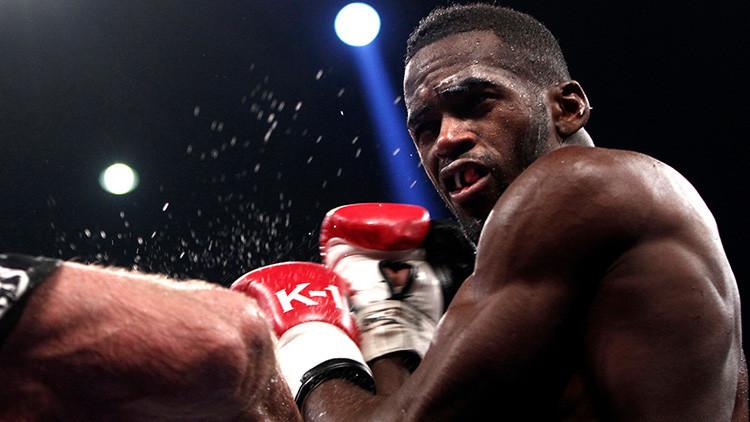 VIDEO: espectadores de un combate de 'kick boxing' pegan a un luchador en el ring