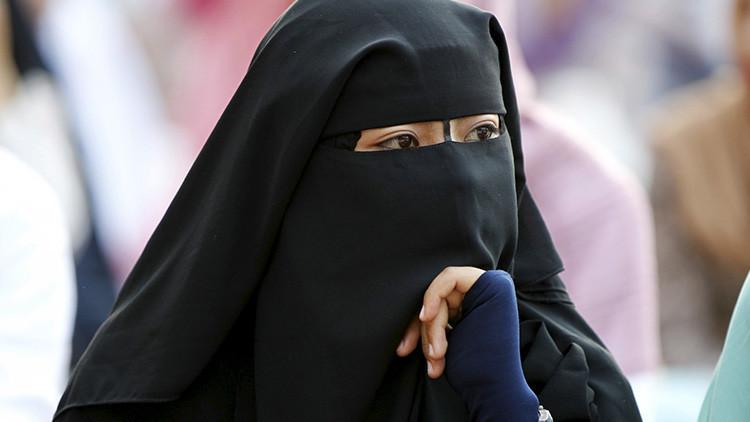 Se viraliza una foto de una mujer musulmana ayudando a una anciana en Londres