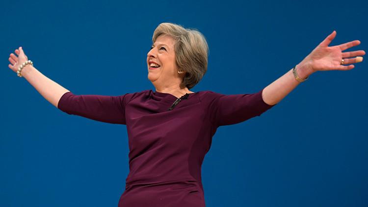 """Exministro de Hacienda británico llama a Theresa May """"muerta que camina"""""""