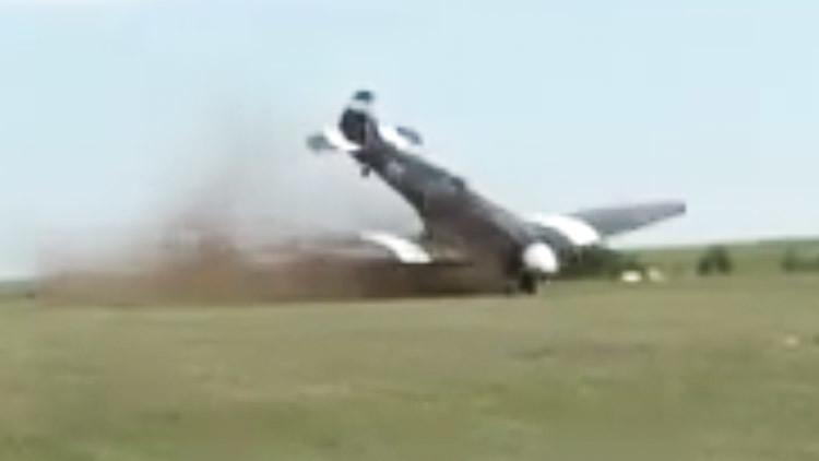 IMPACTANTE VIDEO: Caza de la II Guerra Mundial se voltea durante un 'show' aéreo en Francia