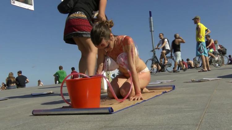 'La leche es asesinato': Activistas semidesnudas se cubren de sangre en Barcelona (VIDEO)