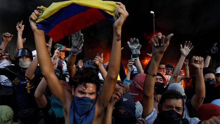 Video: Opositores venezolanos queman agencia bancaria privada en el este de Caracas