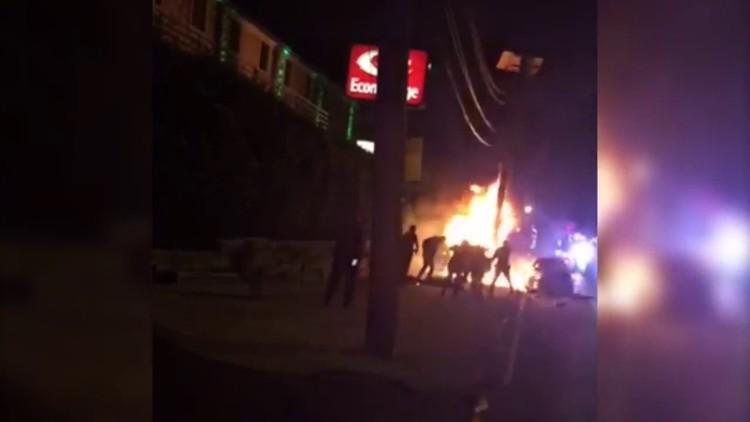 EE.UU.: Un viandante hispano termina en llamas durante una persecución policial