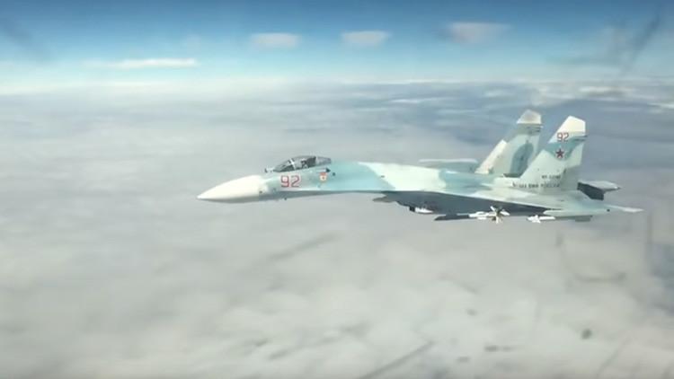 VIDEO: Un avión ruso Su-27 intercepta a bombarderos estadounidenses sobre el mar Báltico
