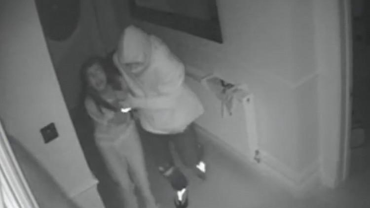 """Video: Una madre londinense es testigo del """"aterrador robo"""" de su casa a manos de varios hombres"""