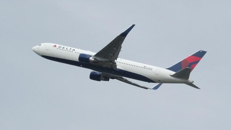 Se pincha con una aguja en un vuelo y ahora demanda a la compañía aérea por sufrir diarrea y mareos