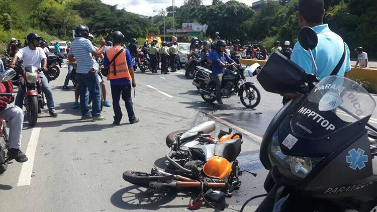 Dos motociclistas mueren al esquivar obstáculos colocados en la vía por opositores en Venezuela