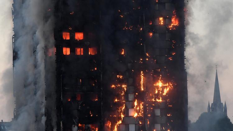 Una madre lanza a su bebé desde el décimo piso de la torre en llamas de Londres para salvarlo