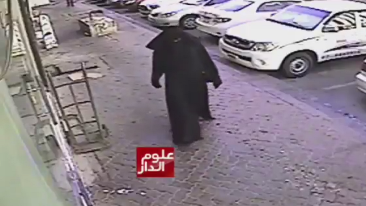 VIDEO: Escalofriante momento en que un hombre disfrazado de mujer recoge a un niño para abusar de él