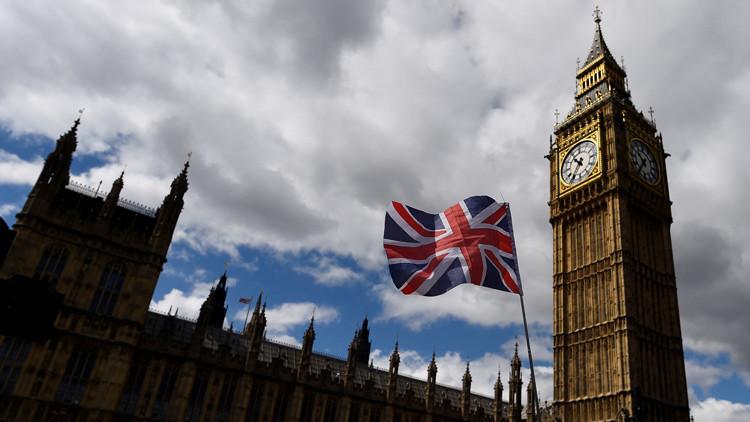 Cierran el Parlamento británico por la presencia de un hombre armado