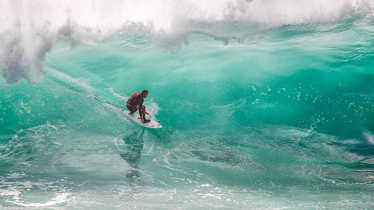 Ola de solidaridad: Un surfista peruano vende rifas para costear su viaje a un torneo internacional