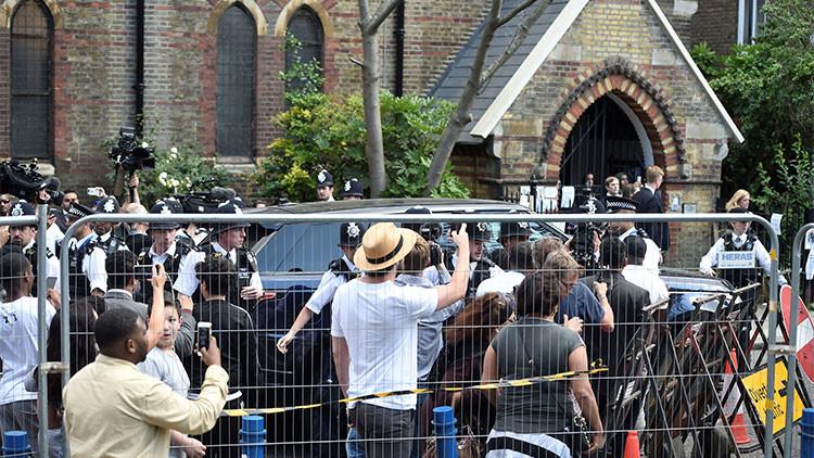 Londres: May abandona bajo fuerte protección policial la zona de protestas por el incendio