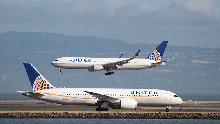 VIDEO: Pasajeros descubren una fuga de combustible en un vuelo de United Airlines