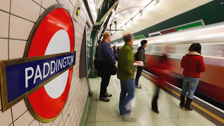 """Londres: Un hombre ataca a un oficial de Policía al grito de """"Allahu akbar"""" (video)"""