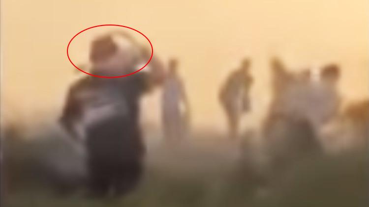 VIDEO: El rey de Jordania ayuda a los bomberos a apagar un incendio