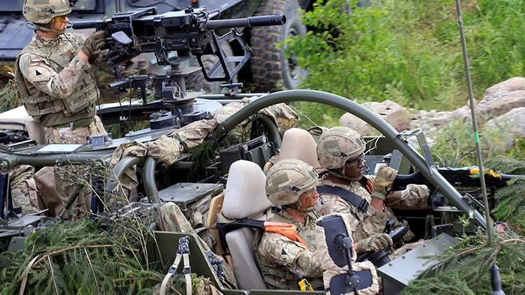 Un Hummer estadounidense de la OTAN destroza un coche con cuatro chicas dentro en Lituania