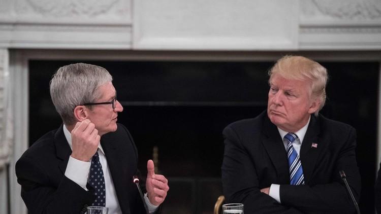 Esta cara lo dice todo: la Red comenta la expresión del director de Apple en la reunión con Trump