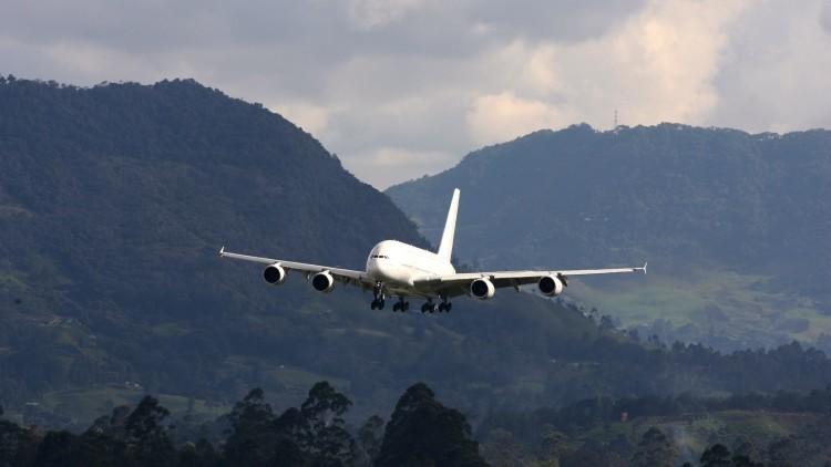 Hoy no es 28 de diciembre: una aerolínea colombiana quiere llevar pasajeros de pie