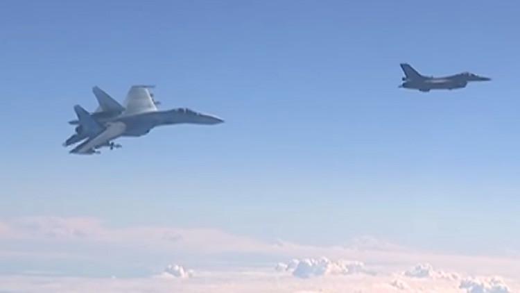 VIDEO: Caza Su-27 'enseña los dientes' a un F-16 que se acercó al avión del ministro de Defensa ruso