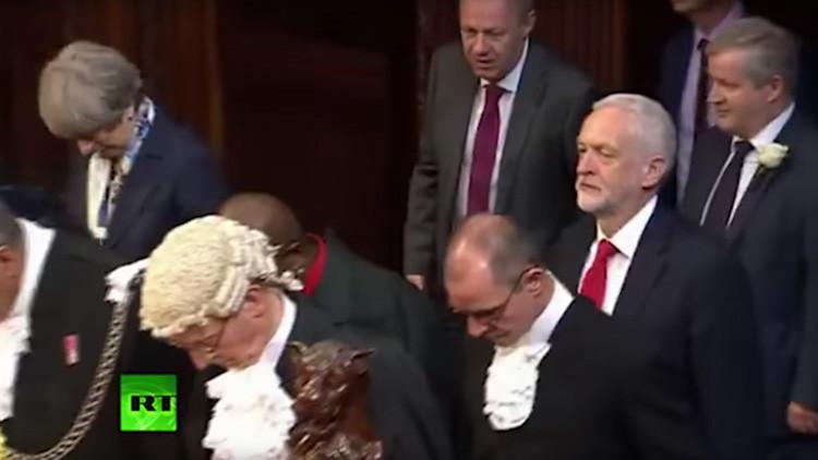 El líder laborista se 'olvida' del protocolo e ignora el saludo a la reina Isabel II (VIDEO)