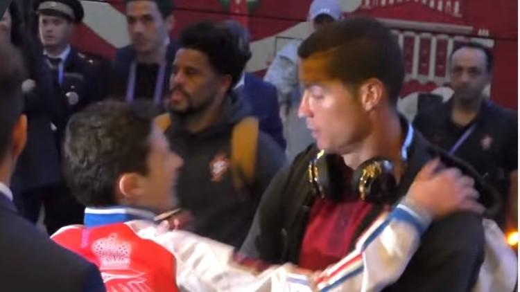 Un fan ruso de Ronaldo esquiva la seguridad para darle un abrazo a su ídolo (VIDEO)