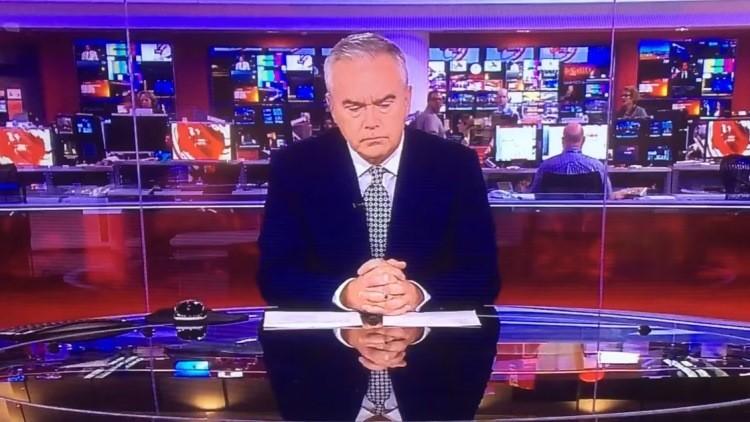 Noticia 'urgente': un presentador de la BBC pasa dos minutos en silencio en vivo y se vuelve viral