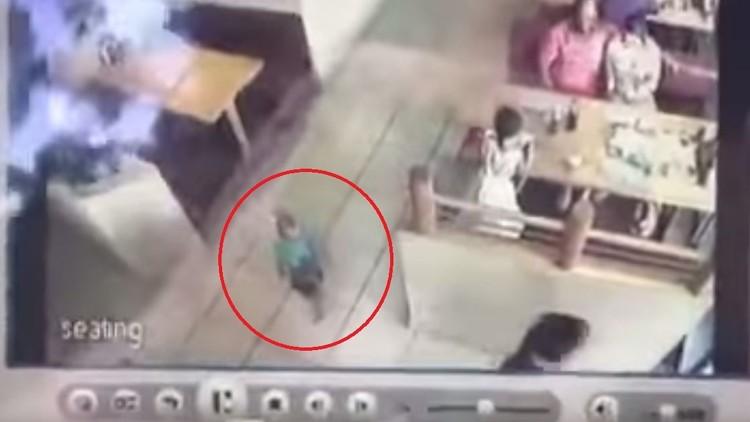 Impactante video: secuestran a un niño a pocos metros de sus padres