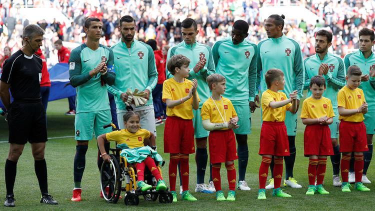 """""""Una emoción increíble"""": Una niña en silla de ruedas recibe un beso de Ronaldo en el Rusia-Portugal"""