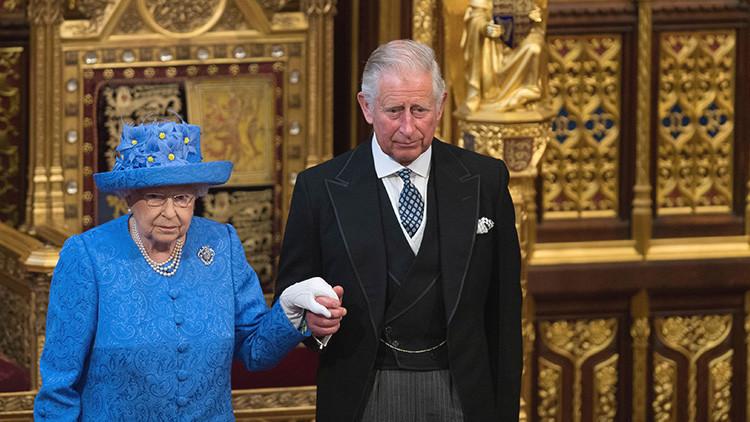 La Red cree que la reina Isabel II 'troleó' con su sombrero a los defensores del 'Brexit' (FOTO)