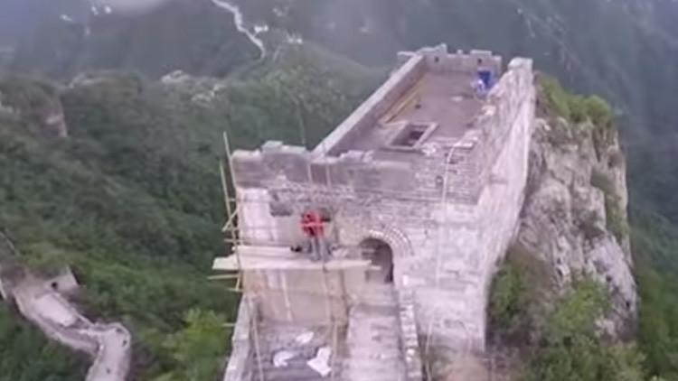 VIDEO: Obreros chinos se juegan la vida para reparar la Gran Muralla