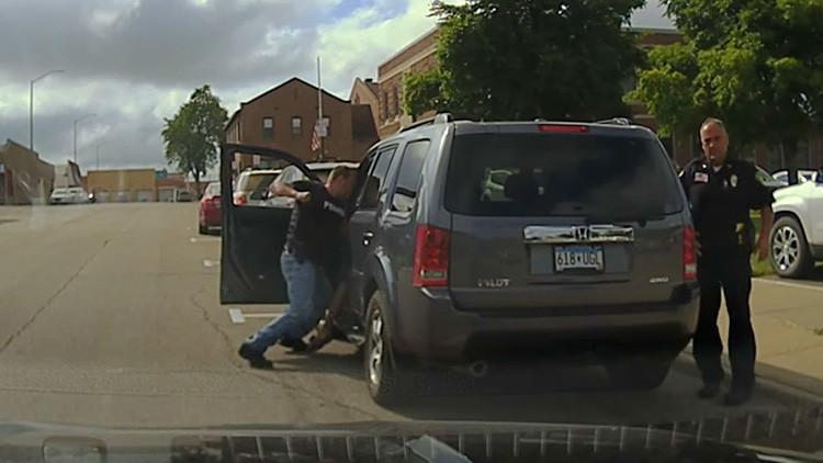 Policía de EE.UU. ataca brutalmente al conductor de un vehículo (Video)