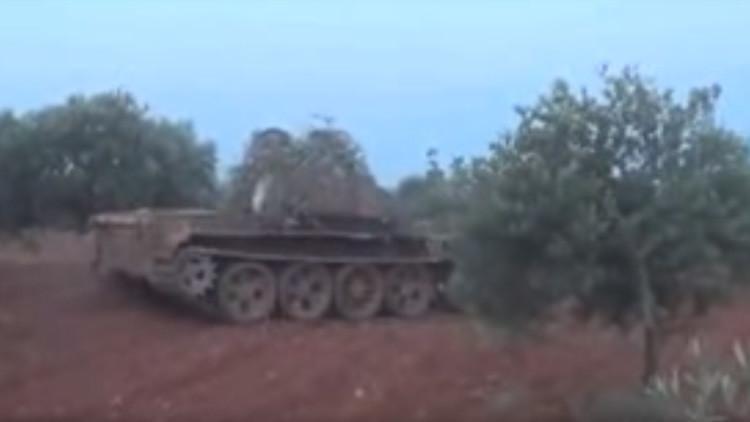 Video: Un tanque sirio en poder de terroristas explota tras disparar