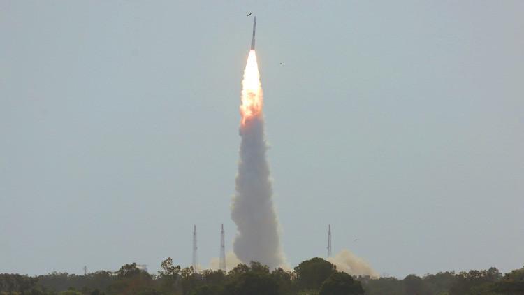 Nuevo hito: India lanza al espacio un cohete con 31 satélites (VIDEO)