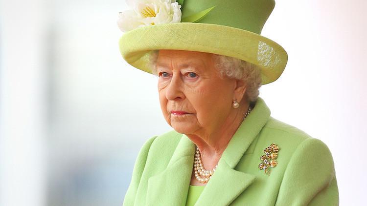 Denuncian a la reina de Inglaterra ante la Policía por no usar cinturón de seguridad