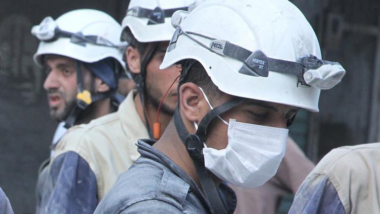 Cascos blancos se deshacen de cuerpos mutilados de soldados sirios (FUERTE VIDEO)