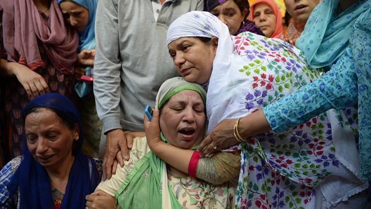 Una multitud enfurecida mata a golpes a un policía en la India (Video)