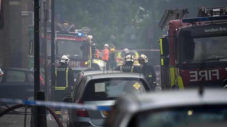 Más de 70 bomberos extinguen un gran incendio en el este de Londres (VIDEOS, FOTOS)